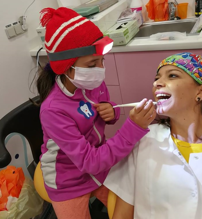 273 de copii de la sate din Dolj au fost consultați în primul cabinet stomatologic mobil care oferă servicii gratuite copiilor