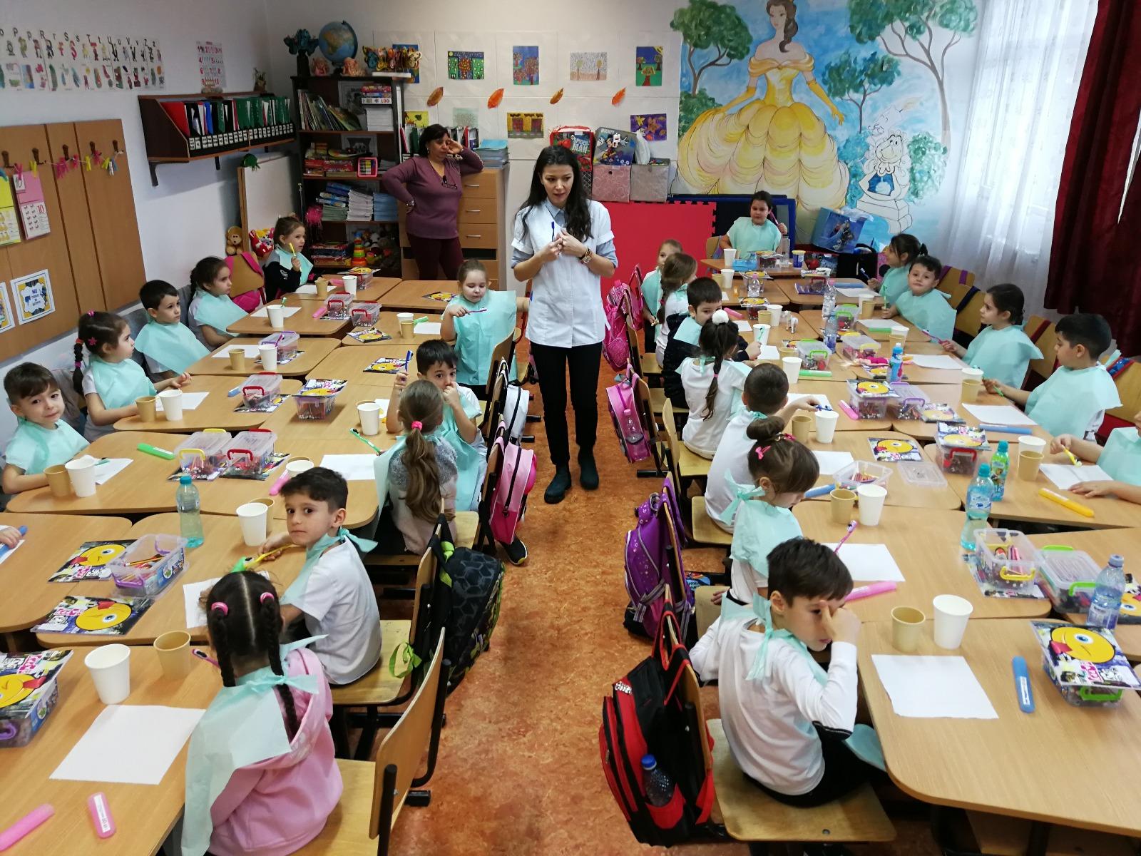 Stiriong.ro: Folosind un model internațional de educație pentru sănătate orală,  Merci Charity a introdus în școli un program pilot de periaj dentar pentru copii