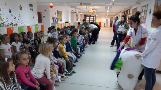 ROMANIA POZITIVA: 60 DE COPII DIN CHITILA, JUDEȚUL ILFOV AU PRIMIT GRATUIT PROFILAXIE DENTARĂ ȘI TRATAMENT NON-INVAZIV PRIN CABINETUL STOMATOLOGIC MOBIL AL ASOCIAȚIEI MERCI CHARITY BOUTIQUE