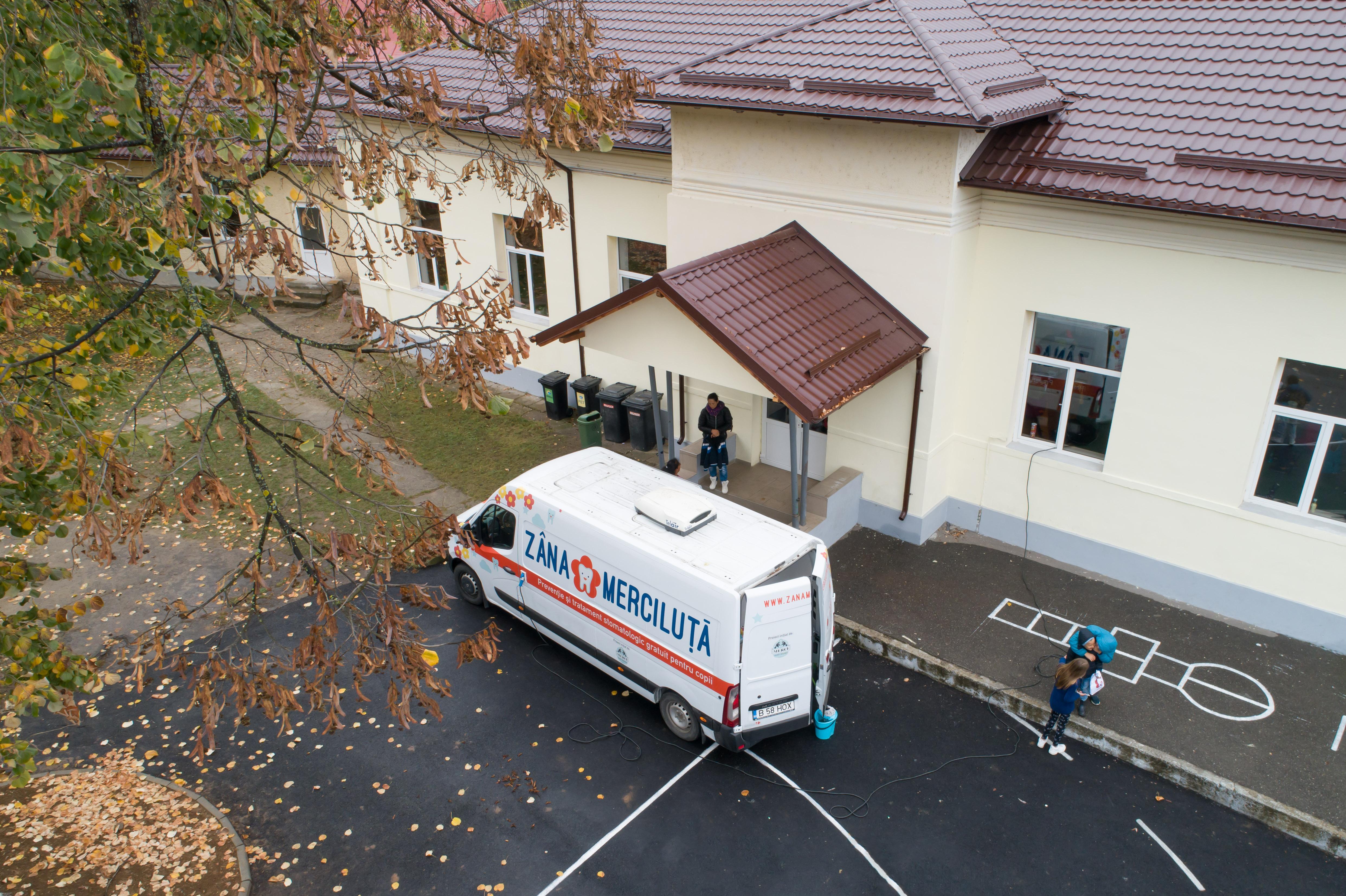 """116 copii din comuna prahoveană Telega au beneficiat de profilaxie orală și tratament în cabinetul stomatologic mobil pentru copii """"Zâna Merciluță"""""""