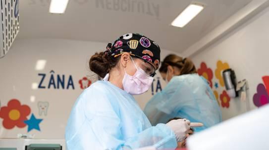 Peste 100 de copii din mediul rural au beneficiat în iulie de acțiuni prevenție stomatologică, oftalmologică  și diabet în cele două cabinete medicale mobile ale asociației