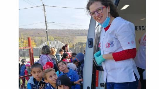 """Republica.ro: 1.200 de copii din comunități rurale sărace, beneficiari ai consultațiilor gratuite oferite prin """"Zâna Merciluţă"""", primul cabinet stomatologic mobil"""