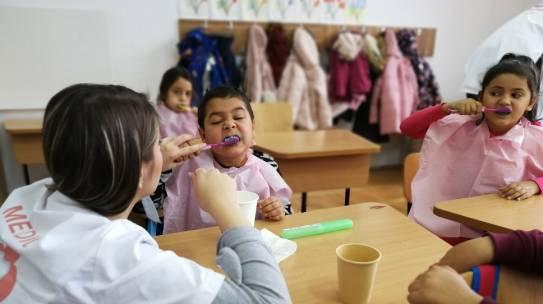 Stiriong.ro: 500 de copii de la sate și din București vor participa într-un program pilot de periaj dentar