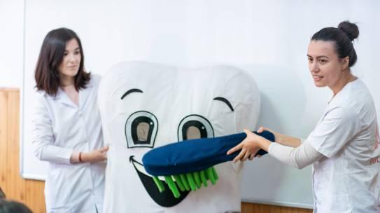 "Prahova medicală: 116 copii din comuna prahoveana Telega au beneficiat de profilaxie orala si tratament in cabinetul stomatologic mobil pentru copii ""Zana Merciluta"""